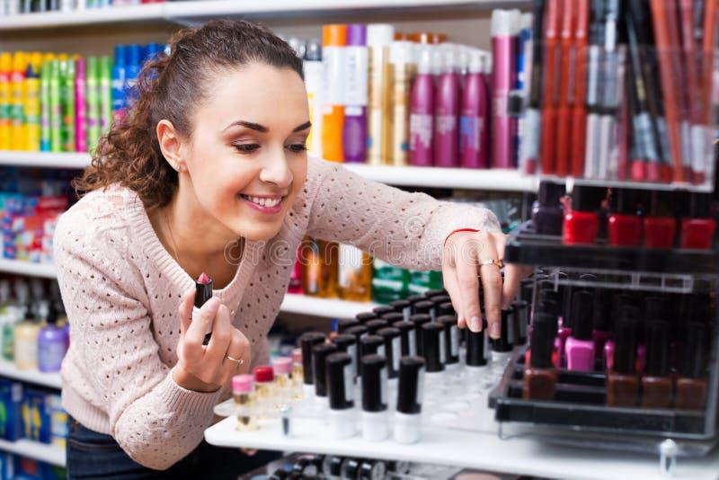 Vrouw die dingen voor make-up kiezen royalty-vrije stock afbeelding