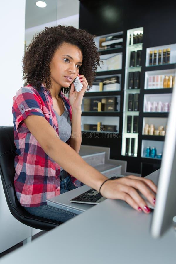 Vrouw die disponibility in computer controleren telefoonbenoeming royalty-vrije stock foto