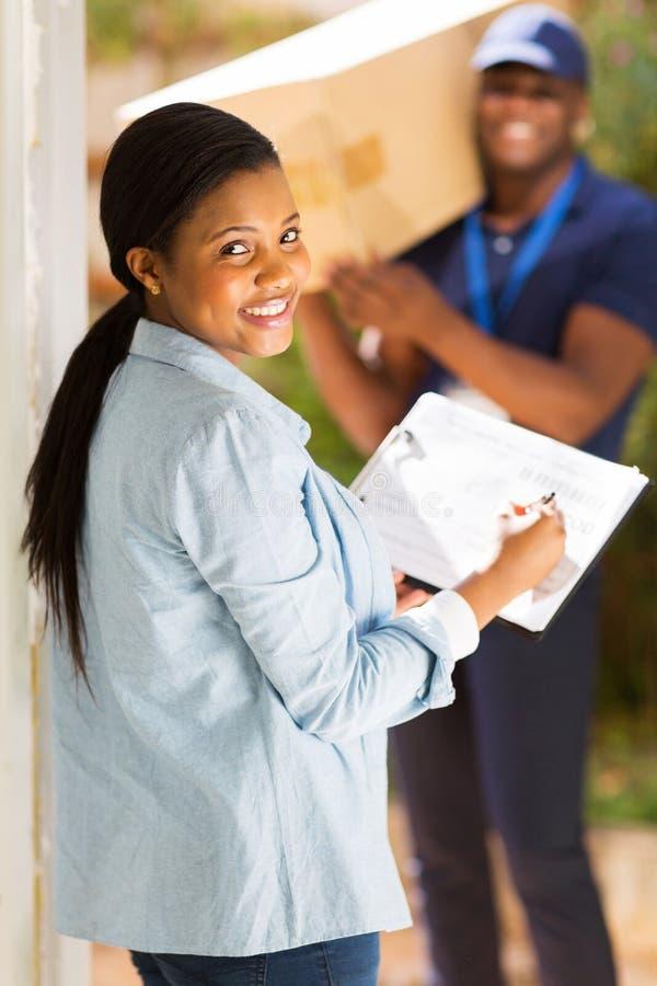 Vrouw die document ondertekent stock foto