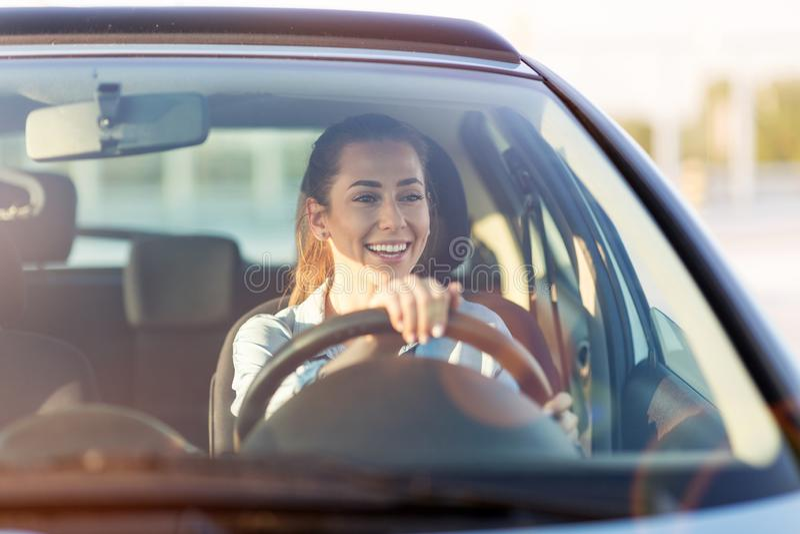 Vrouw die door auto reist stock fotografie