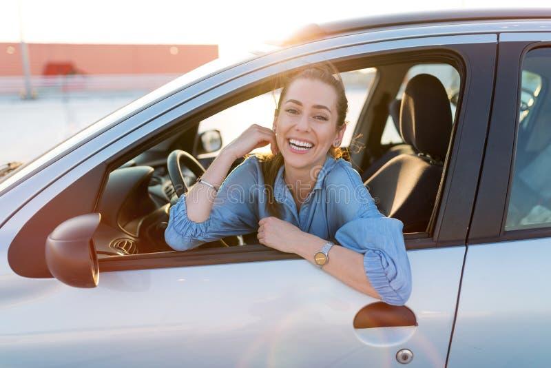 Vrouw die door auto reist royalty-vrije stock fotografie