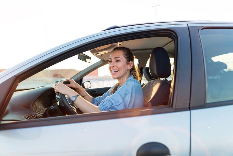 Vrouw die door auto reist stock foto