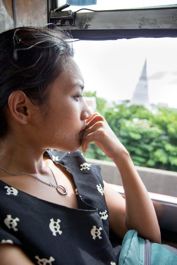 Vrouw die door bus reizen stock afbeeldingen