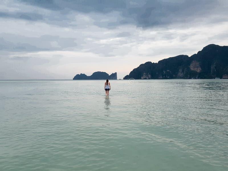 Vrouw die door het overzees lopen stock fotografie