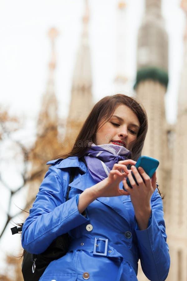 Vrouw die door mobiel in Barcelona roepen royalty-vrije stock foto's