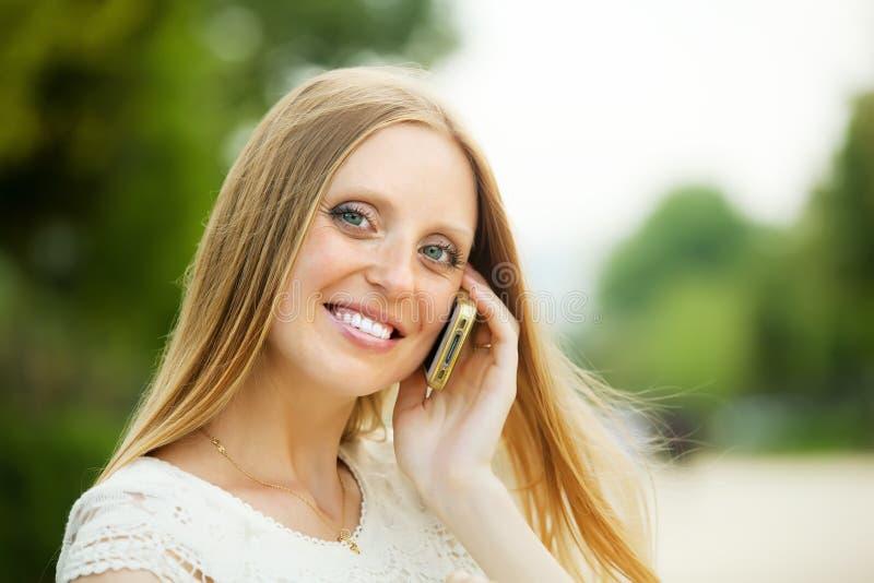 Vrouw die door mobiel met copyspace roepen stock afbeeldingen