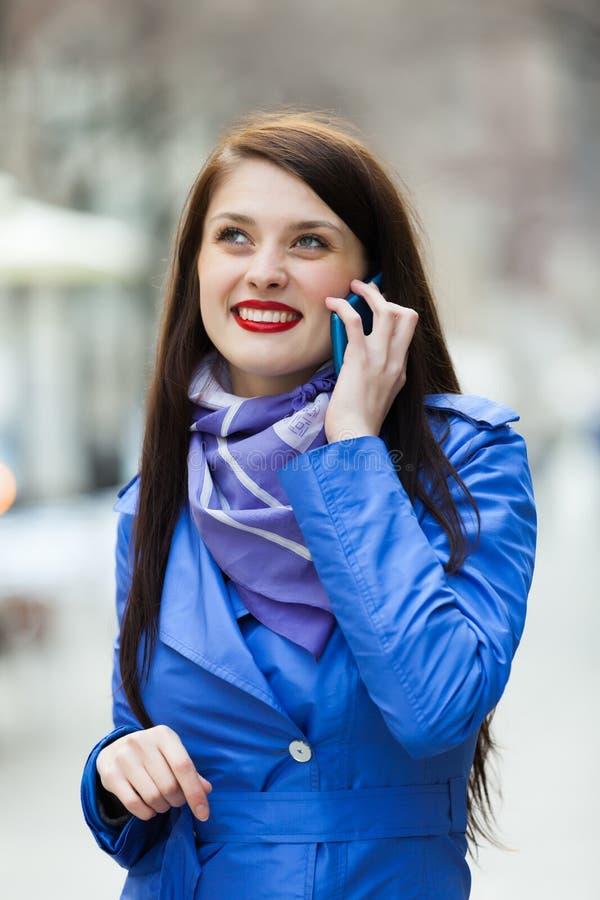 Vrouw die door mobiel roepen stock foto