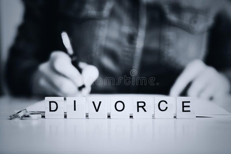 Vrouw die door scheiding gaan en documenten ondertekenen royalty-vrije stock foto