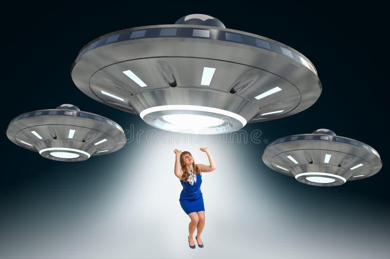 Vrouw die door UFO worden ontvoerd - vreemd abductieconcept stock illustratie
