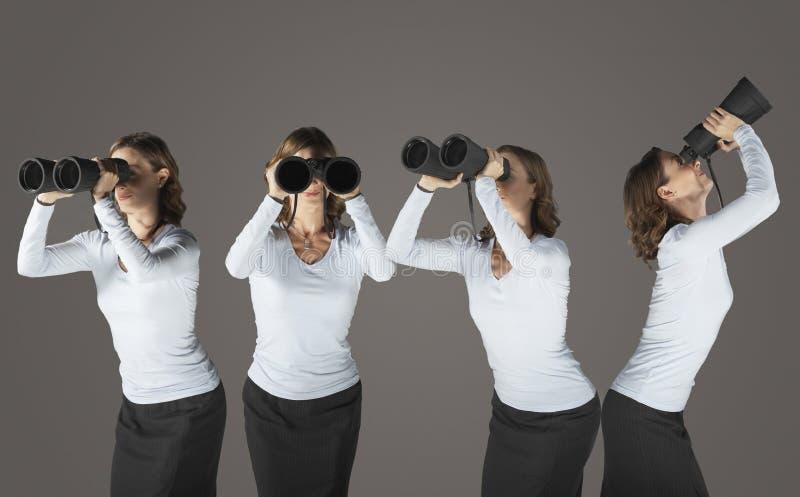 Vrouw die door Verrekijkers kijken royalty-vrije stock foto's