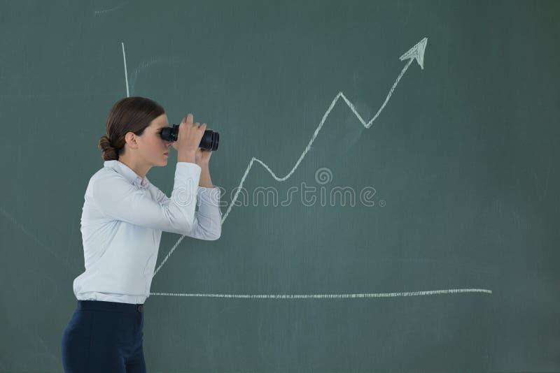 Vrouw die door verrekijkers tegen groene achtergrond met infographics kijken royalty-vrije stock afbeeldingen