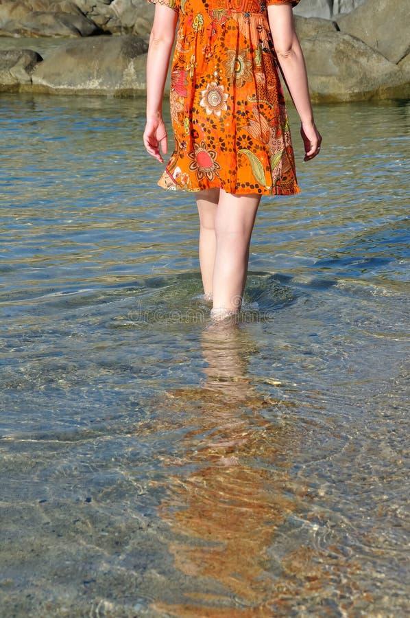 Vrouw die door zeewater waden royalty-vrije stock fotografie