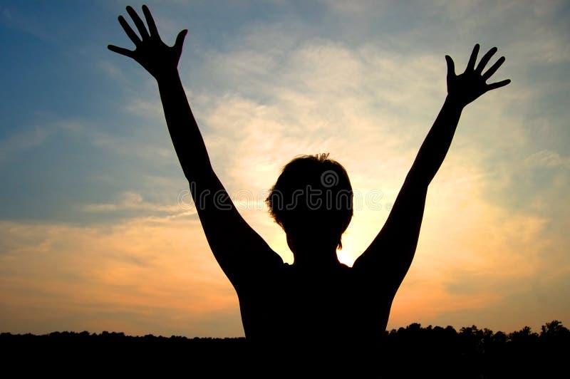 Vrouw die door zon wordt gesilhouetteerd royalty-vrije stock foto