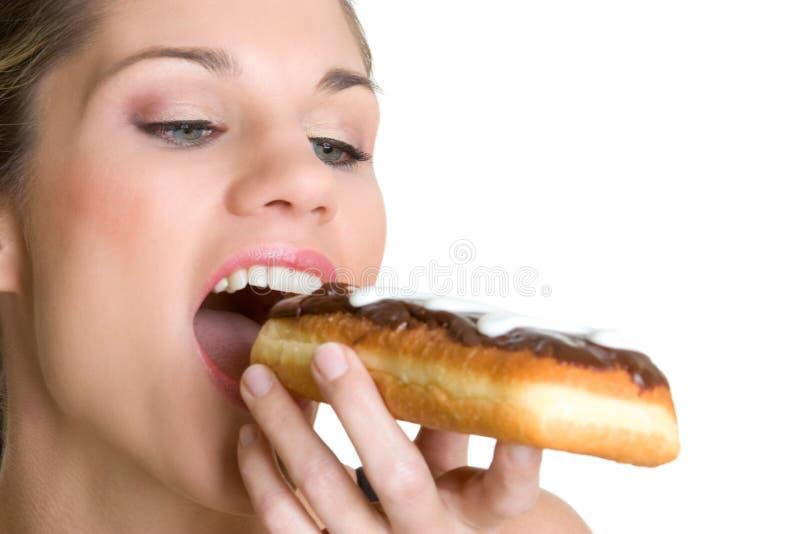 Vrouw die Doughnut eet royalty-vrije stock afbeelding