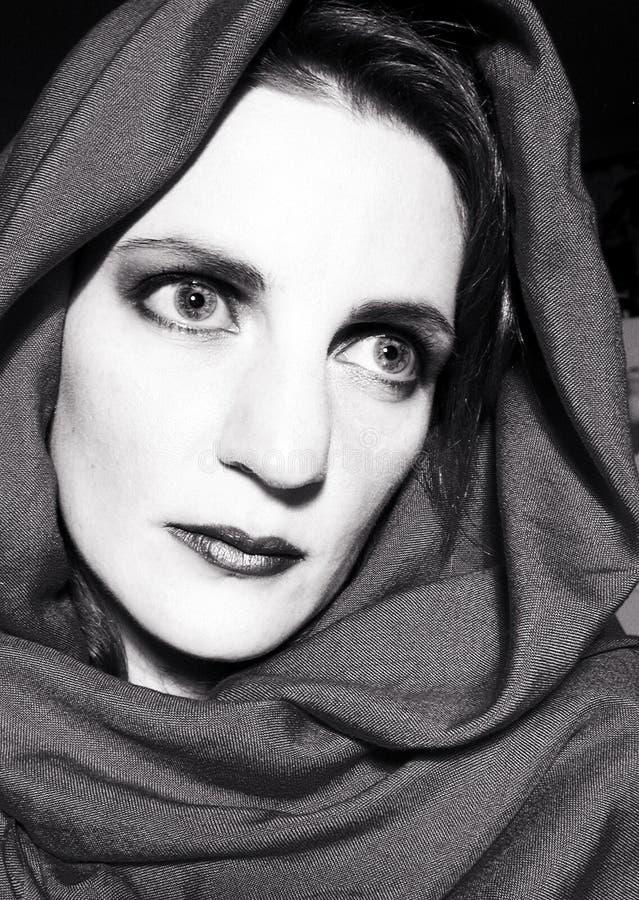 Vrouw die Dragend Sjaal staart stock foto's