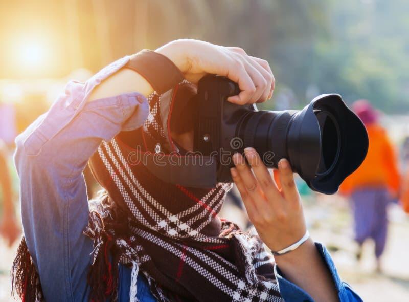 vrouw die dslr cameraexploitant fotograferen royalty-vrije stock foto