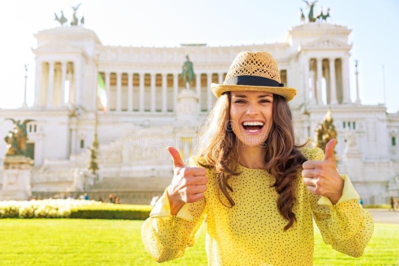 Vrouw die duimen in Rome tonen royalty-vrije stock foto's
