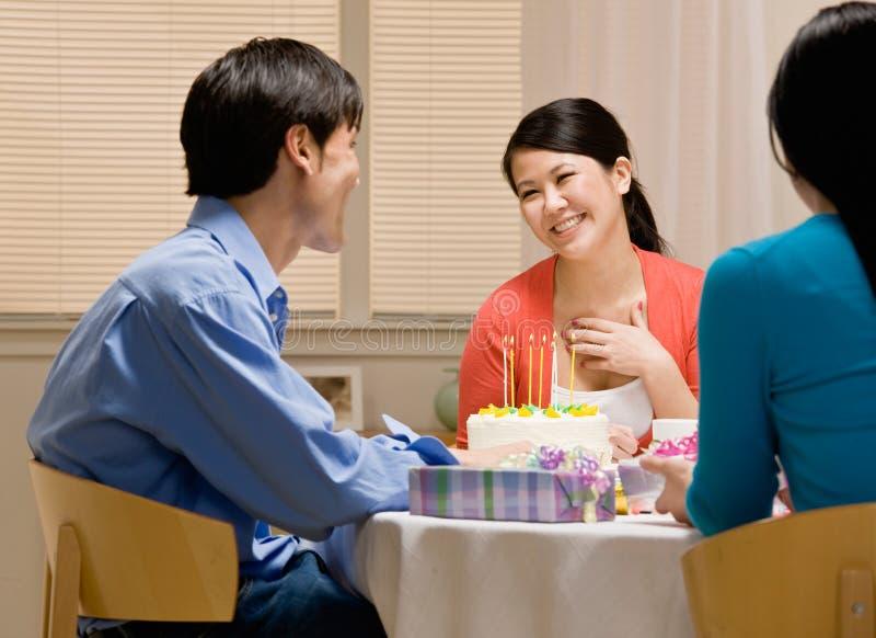 Vrouw die echtgenoot dankt voor verjaardagscake royalty-vrije stock foto