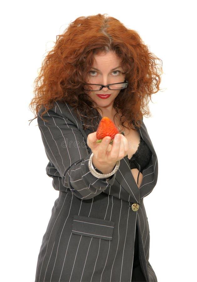 Vrouw die een aardbei houdt stock foto's