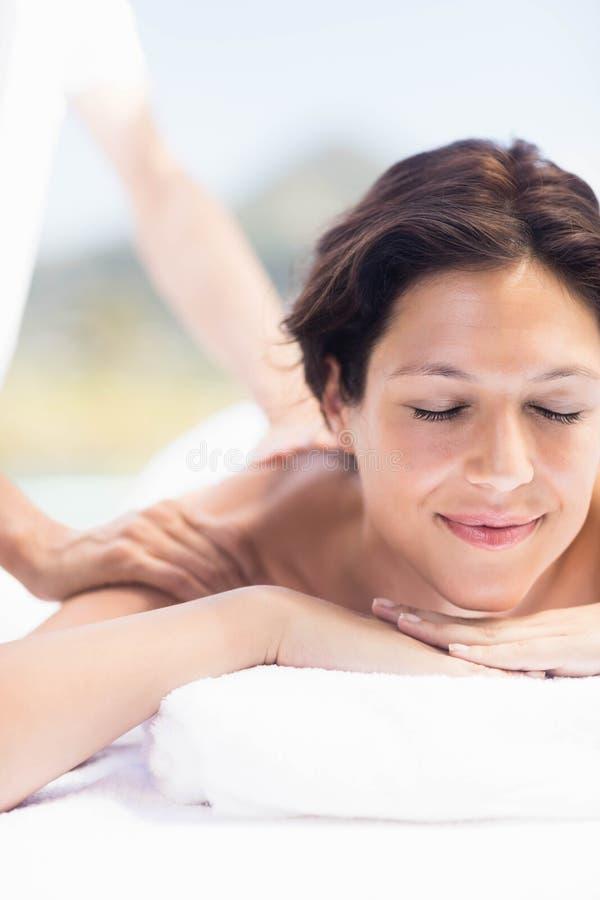 Vrouw die een achtermassage van masseur ontvangen stock fotografie