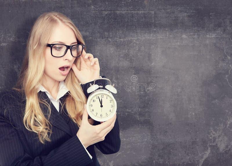 Vrouw die een alarmclock houden Vuile geweven stock foto's
