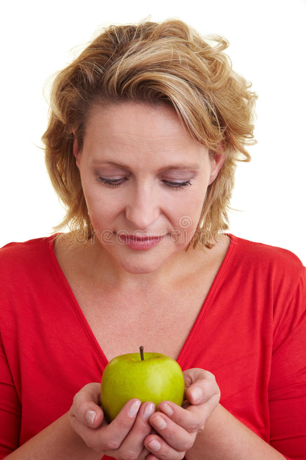 Vrouw die een appel draagt royalty-vrije stock afbeeldingen