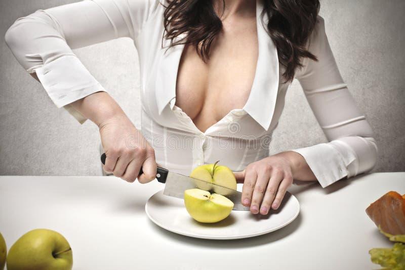 Vrouw die een appel snijden royalty-vrije stock foto's