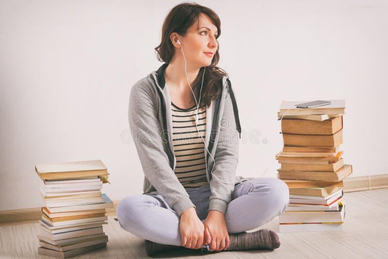Vrouw die een audiobook luisteren stock afbeelding