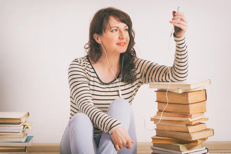 Vrouw die een audiobook luisteren royalty-vrije stock fotografie