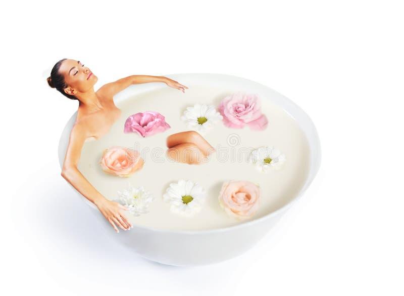 Vrouw die een bad in bemerkte melk nemen royalty-vrije stock afbeeldingen