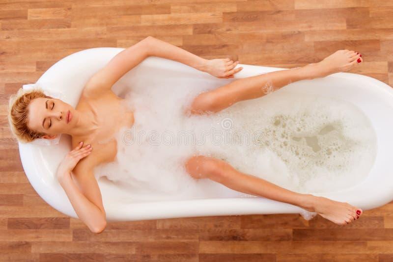 Vrouw die een bad neemt stock fotografie