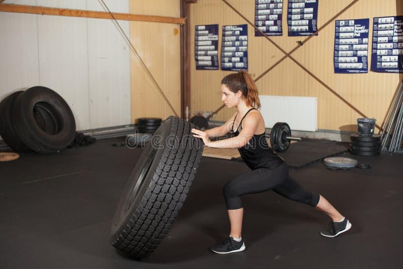 Vrouw die een band in een gymnastiek wegknippen royalty-vrije stock foto's