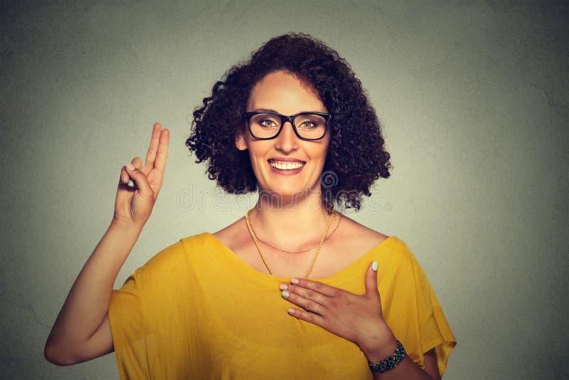 Vrouw die een belofte maken stock foto