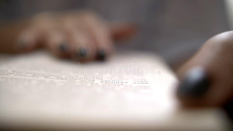 Vrouw die een boek, close-up, macroschot lezen stock foto
