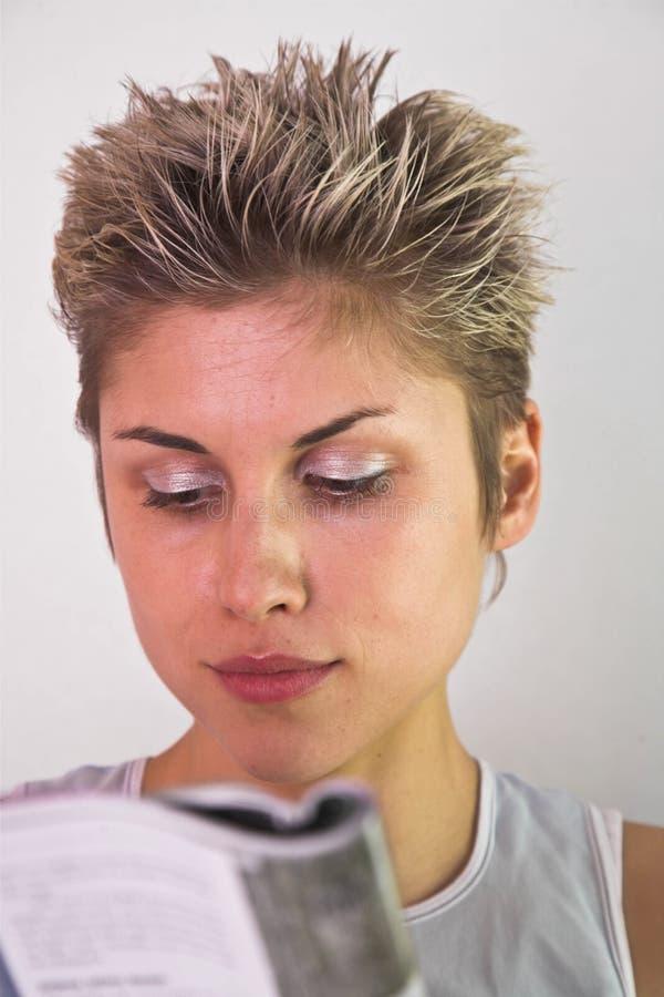 Vrouw die een boek lezen royalty-vrije stock afbeeldingen
