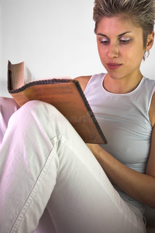 Vrouw die een boek lezen royalty-vrije stock fotografie