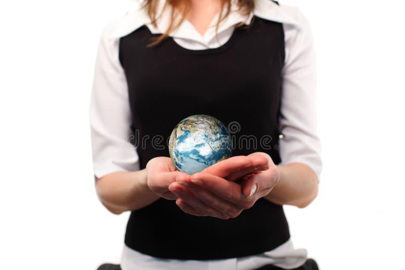 Vrouw die een bol in haar hand jolding stock afbeeldingen