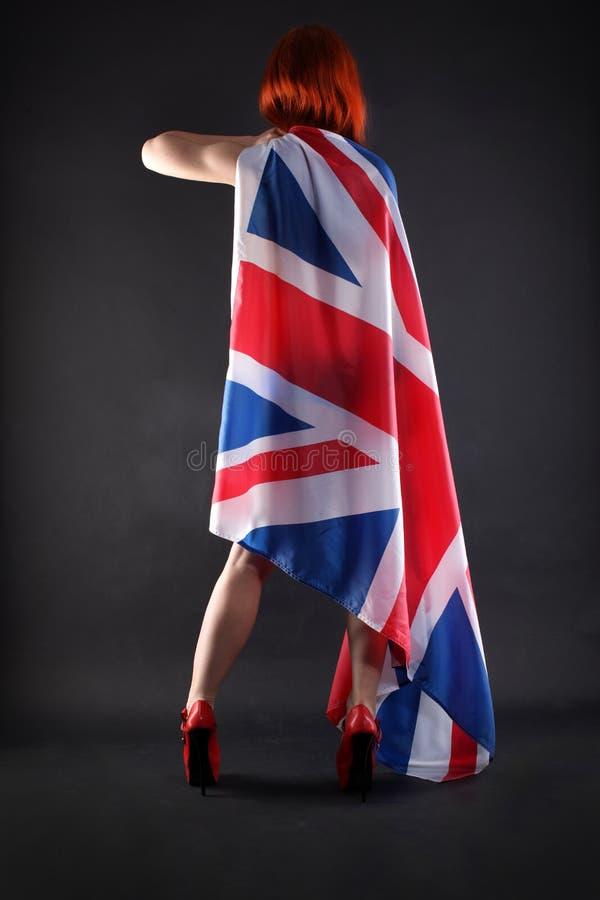 Vrouw die een Britse vlag houden stock foto