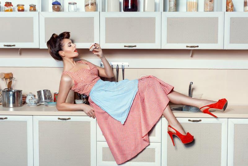Vrouw die een cake op de lijst eten royalty-vrije stock afbeelding