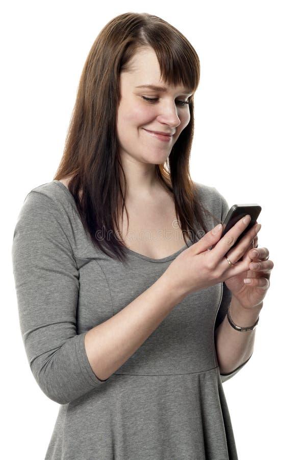 Vrouw die een celtelefoon op witte achtergrond houdt royalty-vrije stock foto's