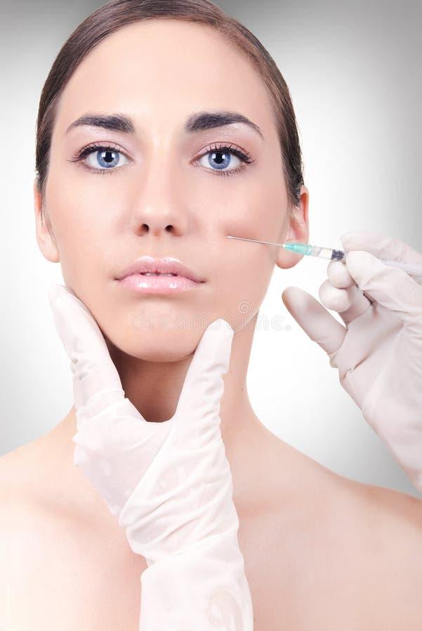 Vrouw die een collageen of botox een injectie heeft stock foto's