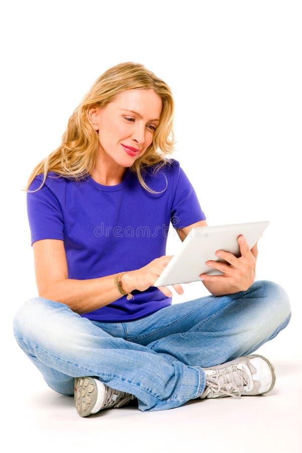 Vrouw die een digitale tablet gebruikt royalty-vrije stock afbeeldingen