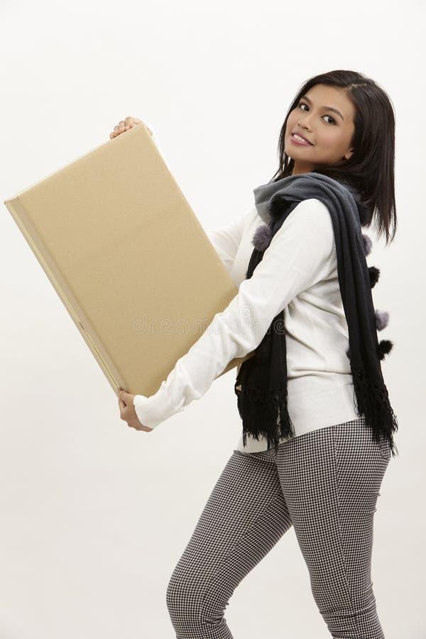 Vrouw die een doos houdt stock foto