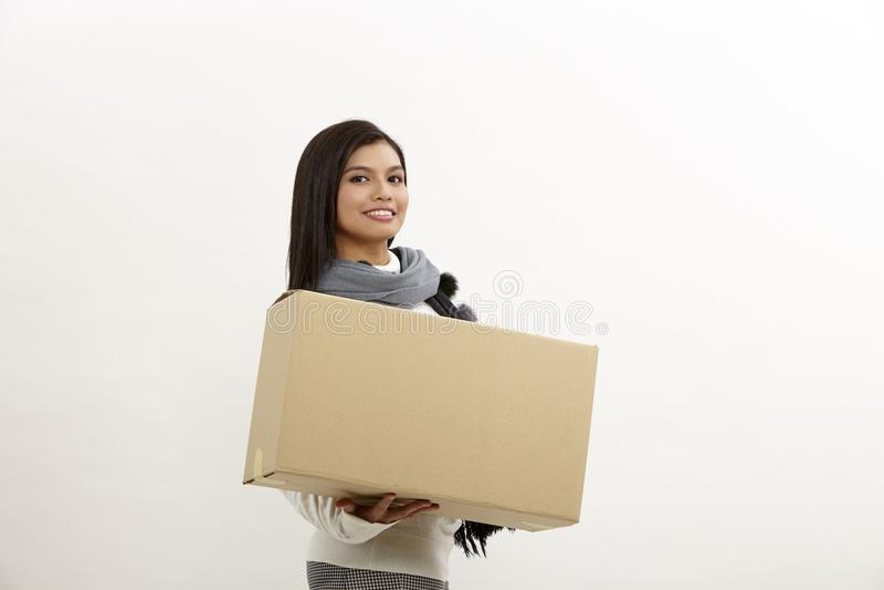 Vrouw die een doos houdt royalty-vrije stock afbeeldingen