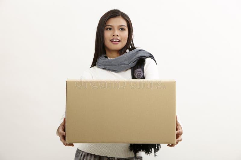 Vrouw die een doos houdt royalty-vrije stock foto's