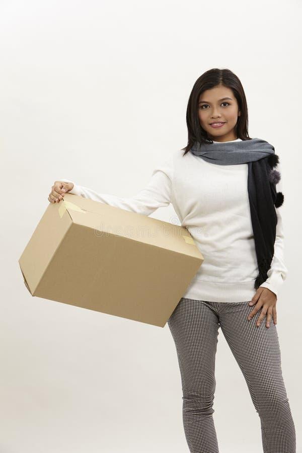 Vrouw die een doos houdt stock afbeelding