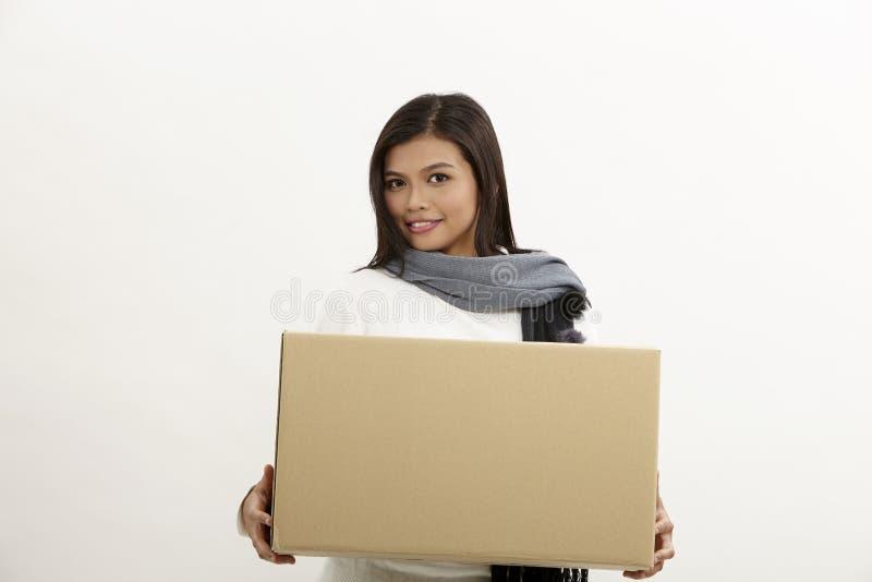 Vrouw die een doos houdt royalty-vrije stock fotografie
