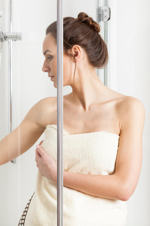 Vrouw die een douche beëindigen stock afbeelding