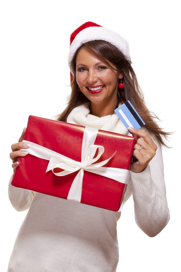 Vrouw die een een Kerstmisgift en betaalpas houden stock afbeelding