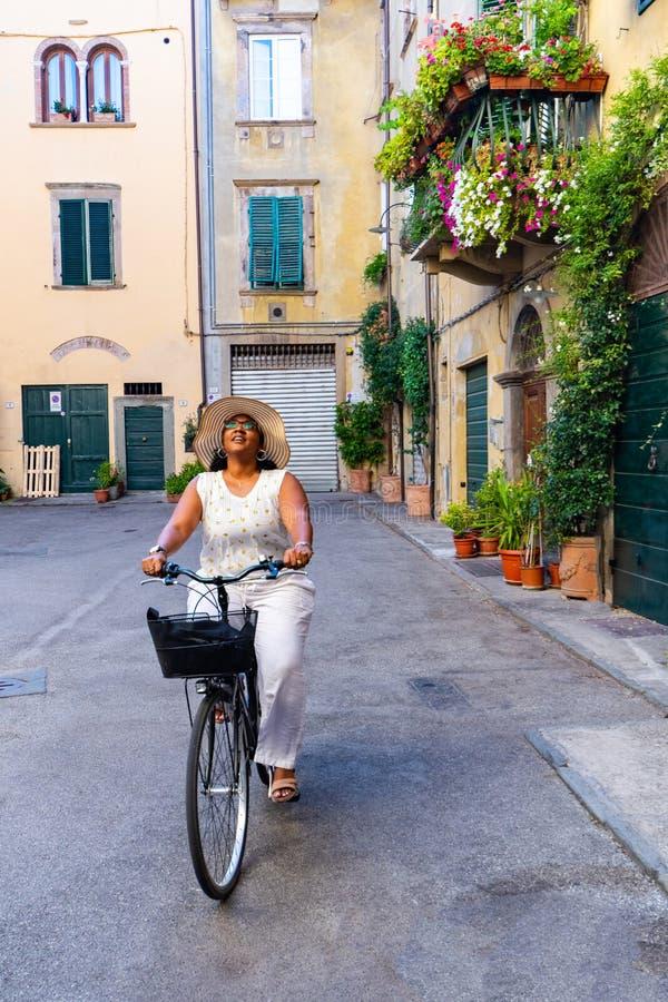 Vrouw die een Fiets in Italië berijden royalty-vrije stock foto's